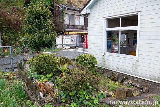 JR四国・予讃線・下灘駅、駅舎横にひっそり残る池庭跡