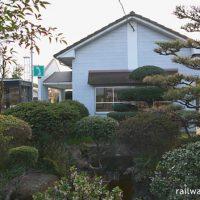 JR四国・土讃線・塩入駅、木造駅舎横の植木が見事な池庭(跡?)