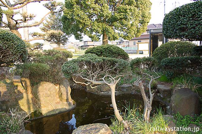 JR土讃線・塩入駅、駅舎横の池庭