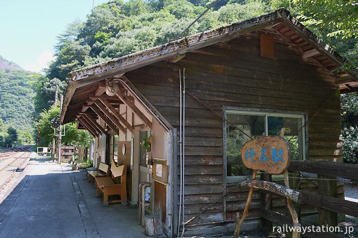 坪尻駅の木造駅舎ホーム側、持ち送りが軒を支える