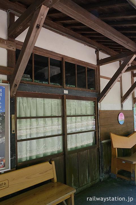 土讃線・坪尻駅の木造駅舎、駅事務室の重厚な木の扉