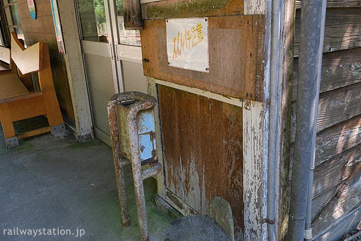 土讃線・坪尻駅の木造駅舎、改札口跡付近