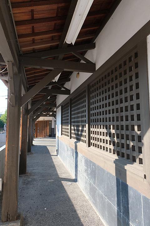 土讃線・善通寺駅、明治の木造駅舎は和風に改修