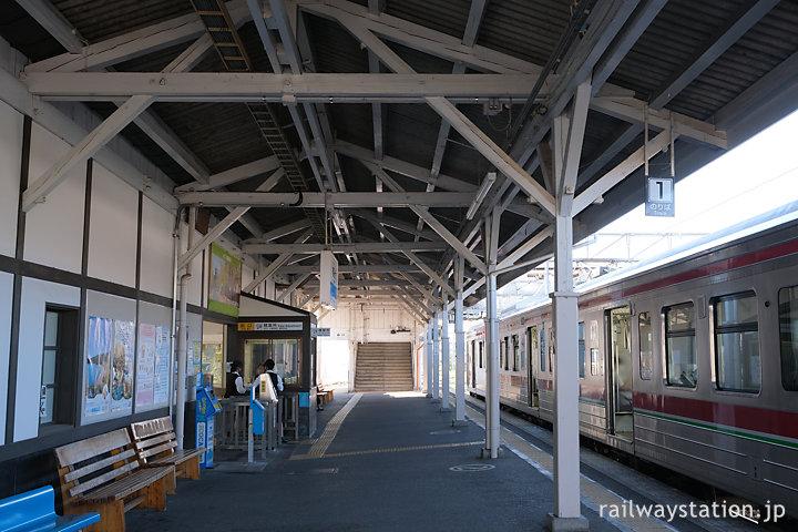 土讃線・善通寺駅の木造駅舎ホーム側