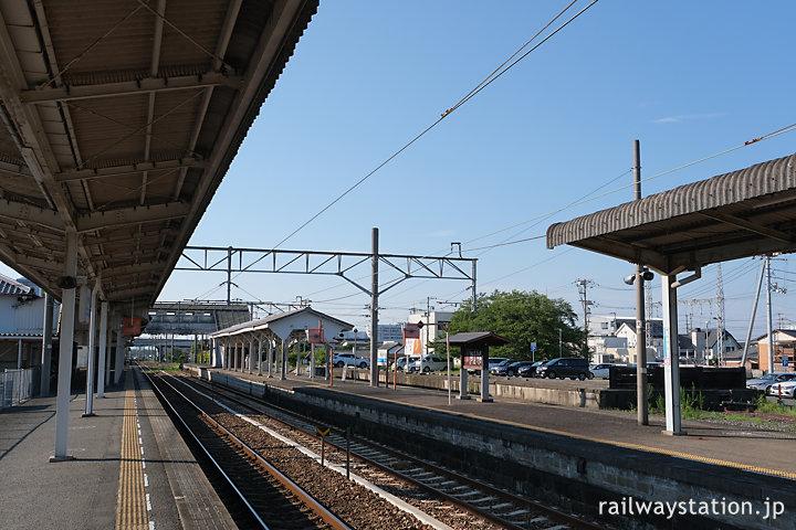 土讃線・善通寺駅ホーム、国鉄駅らしさ漂うあプラットホーム