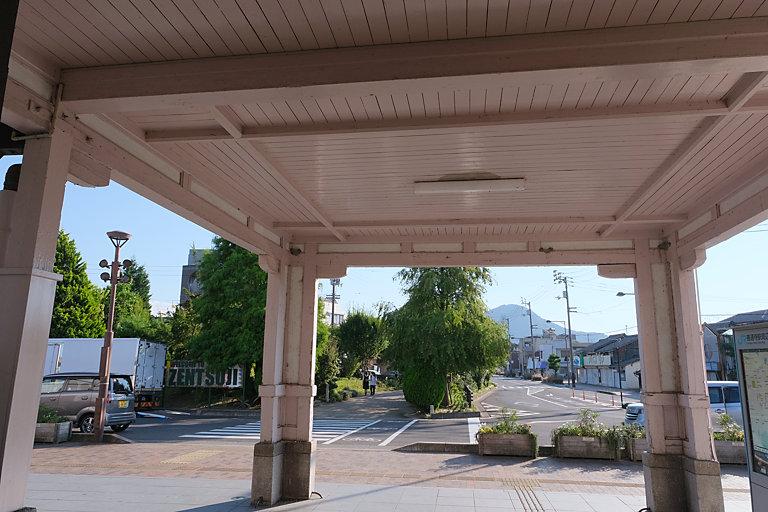 土讃線・善通寺駅の木造駅舎、車寄せ越しに駅前を見る