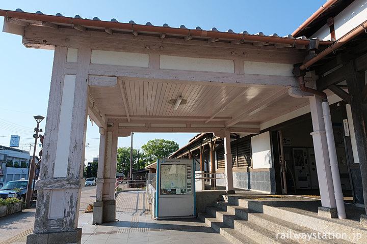 土讃線・善通寺駅、横から木造の車寄せを眺める