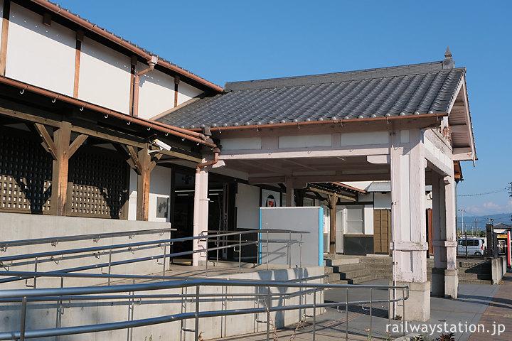 土讃線・善導寺駅の木造駅舎、車椅子用スロープが設置されバリアフリー化