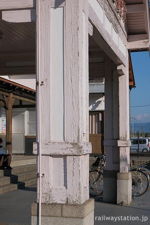 土讃線・善通寺駅、重厚でレトロな車寄せを支える木の柱