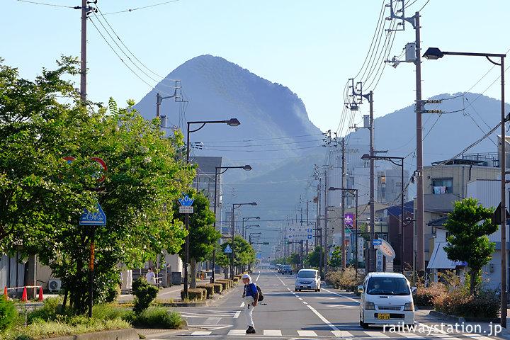 土讃線・善導寺駅前街並の向こうにそびえる山々