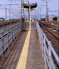 JR飯田線・船町駅、上下線に挟まれた狭い通路とプラットホーム