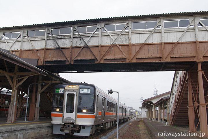 非電化時代の武豊線、半田駅。跨線橋の下に停車すキハ75形気動車