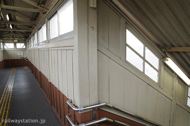武豊線・半田駅の木造跨線橋内部。