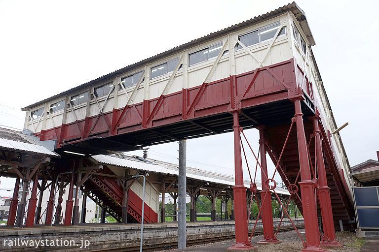 武豊線電化後の2014年、半田駅に残る最古の跨線橋