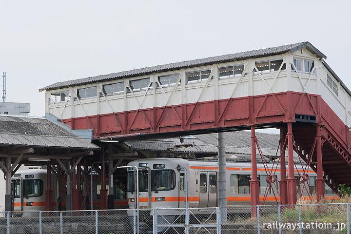 武豊線・半田駅、明治築の最古の跨線橋の下で列車交換する313系電車
