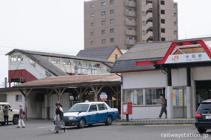 JR東海武豊線・半田駅、高架化で撤去が直前の駅舎と最古の跨線橋