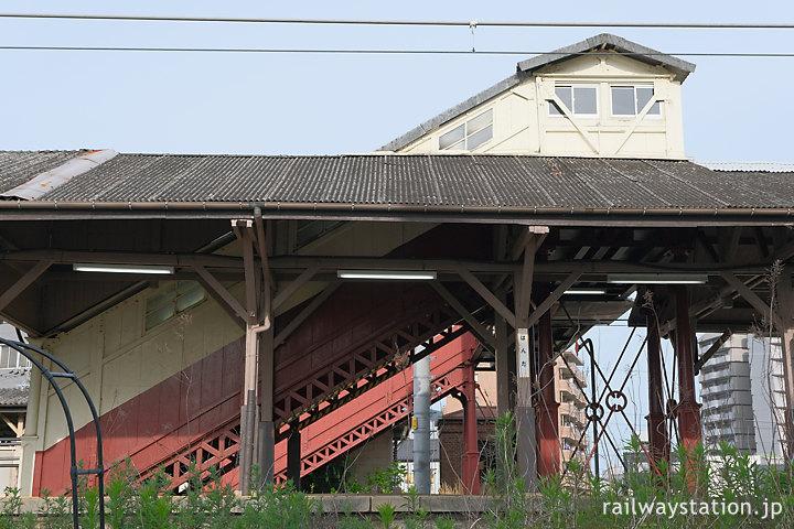 JR武豊線・半田駅、明治築の最古の跨線橋側面