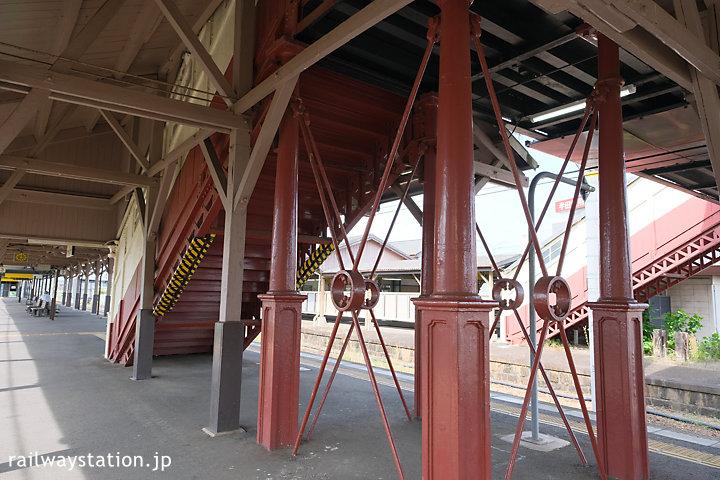 武豊線・半田駅の最古の跨線橋、鉄の支柱も美しい