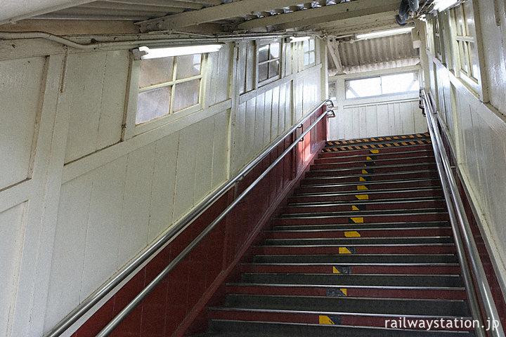 武豊線・半田駅、木の造りが味わい深い跨線橋の階段