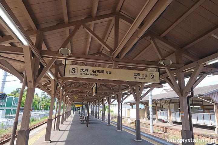 JR東海武豊線・半田駅、プラットホームに掛る木造の上屋