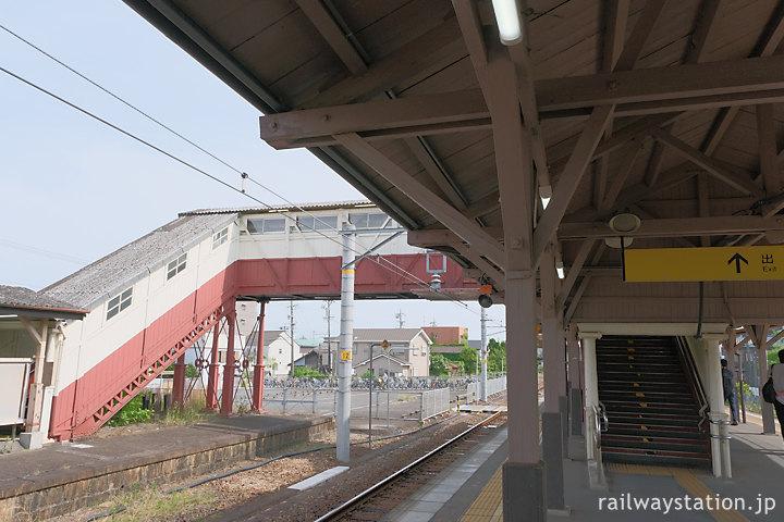 武豊線・半田駅、木造のホーム上屋と最古の跨線橋