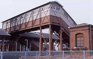 JR武豊線・半田駅、明治より使われている木造の跨線橋とレンガの危険品庫