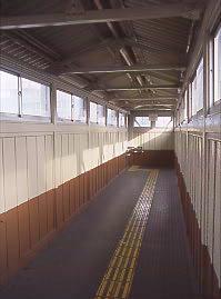 JR武豊線・半田駅、木の感触が心地よい最古の木造跨線橋。