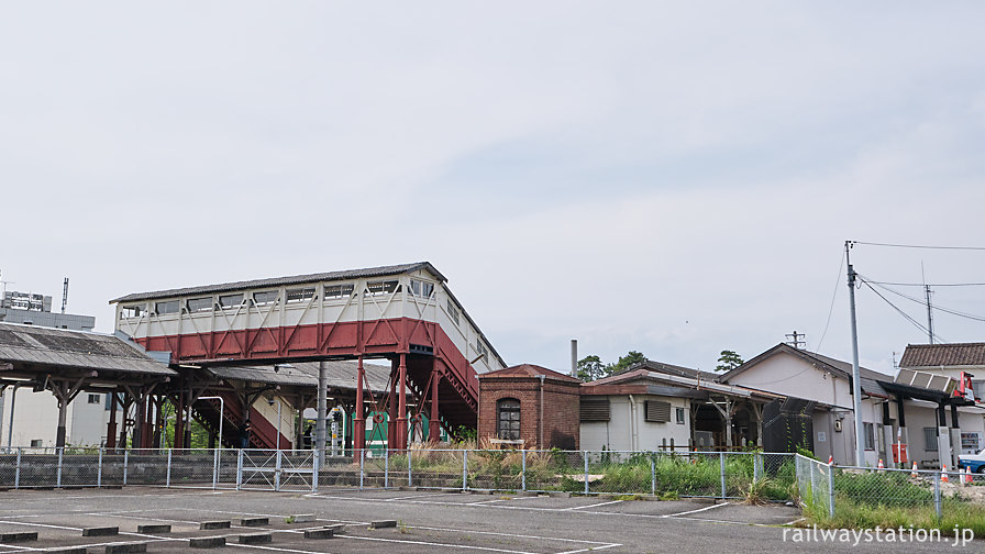 武豊線・半田駅、役目を終える木造駅舎と明治の跨線橋