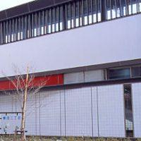 関西本線・春田駅、格子やふすまを思わす和風のデザイン。
