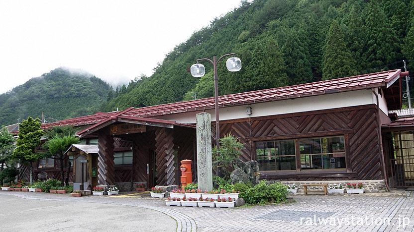 丸太を使った山荘風の木造駅舎、高山本線・飛騨小坂駅