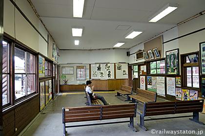jR東海・高山本線・飛騨小坂駅、待合室と窓口跡