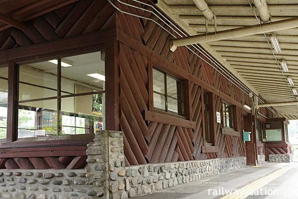 高山本線・飛騨小坂駅の木造駅舎、ホーム側