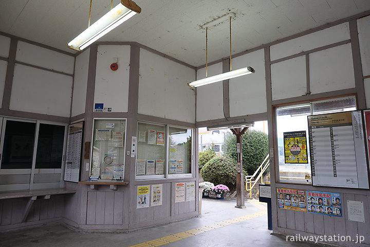 JR名松線・家城駅の木造駅舎、待合室内の出札口