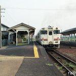 JR紀勢本線・一身田駅、長いホームに2両編成のキハ40気動車が入線。