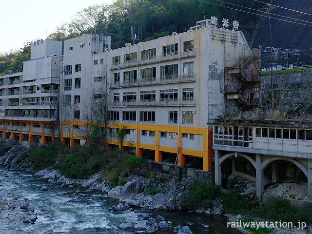 秘境駅・定光寺駅前、心霊スポットとしても有名な旅館廃墟・千歳楼跡