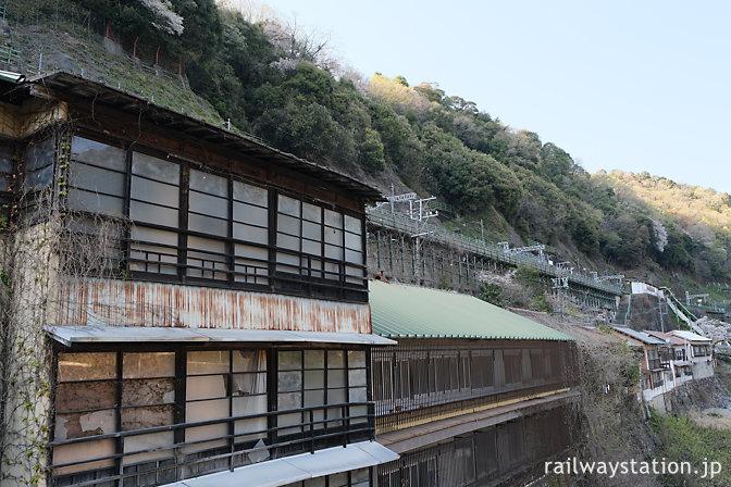 秘境駅・定光寺駅、駅のある崖と川に挟まれた狭い駅前、廃墟も…