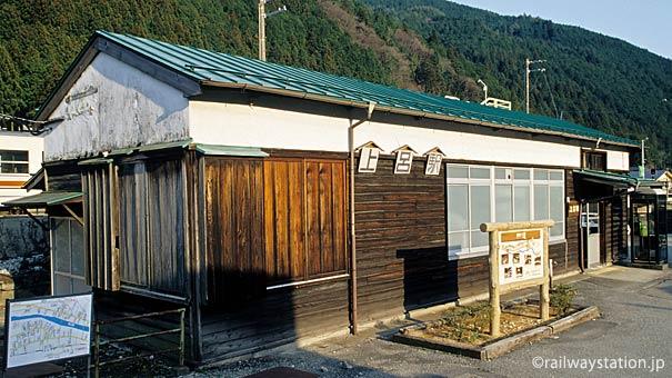 岐阜県萩原町、高山本線・上呂駅、昭和初期からの年月が染み付く木造駅舎。