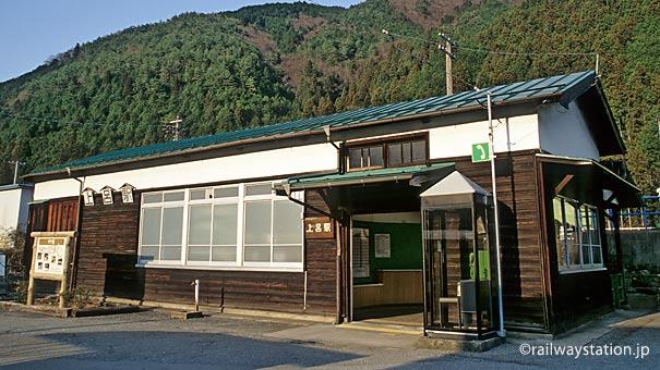JR東海・高山本線・上呂駅、木の渋い質感が味わい深い木造駅舎
