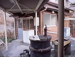 武豊線・亀崎駅、古井戸と木造建築の宿直室