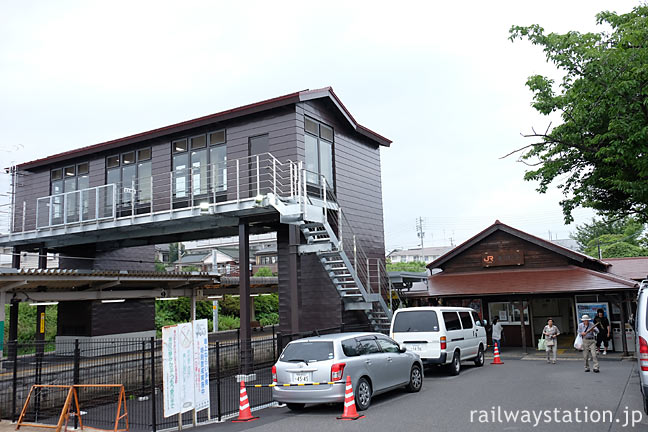 JR東海・武豊線・亀崎駅、エレベーター付きのバリアフリー跨線橋
