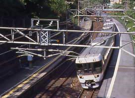 JR東海・中央本線(中央西線)・古虎渓駅、特急しなのが通過