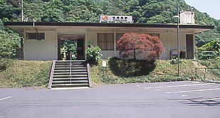 JR東海・中央本線(中央西線)の秘境駅、古虎渓駅のコンクリート駅舎