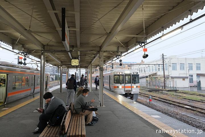 JR東海身延線・南甲府駅ホームですれ違う313系電車