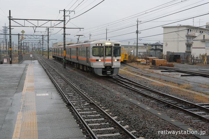 JR東海身延線・南甲府駅、留置線が何本もある広い構内。