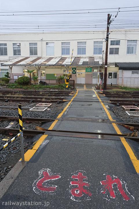 JR身延線・南甲府駅、何本もの留置線を横切る長い構内踏切