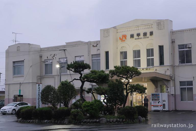 身延線、松の木が似合うレトロな駅舎、南甲府駅