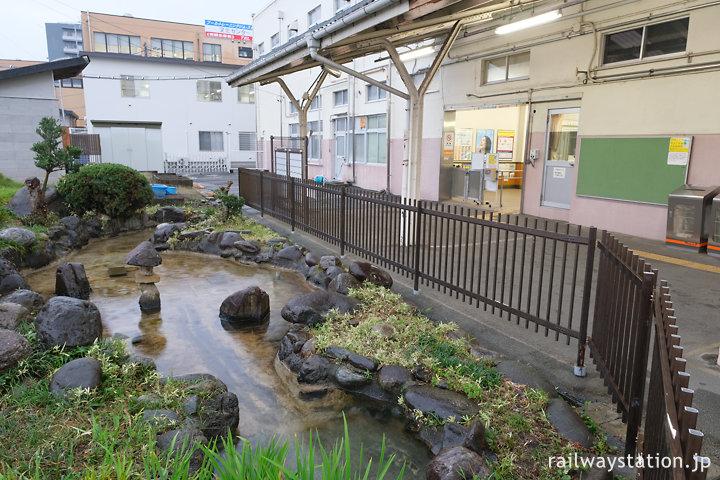 身延線・南甲府駅、駅舎ホーム側には池のあるミニ庭園も