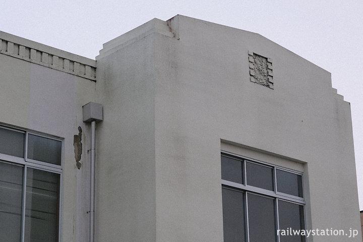 身延線・南甲府駅、重厚な駅舎の端部分の装飾