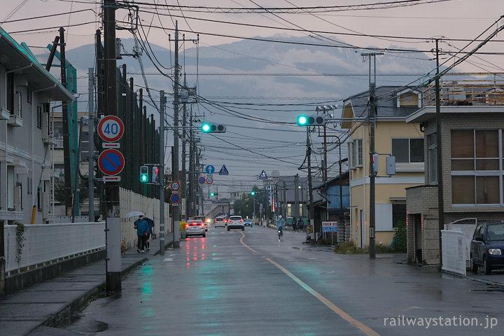 甲府市内、南アルプスの山々がそびえる南甲府駅前の街並み、