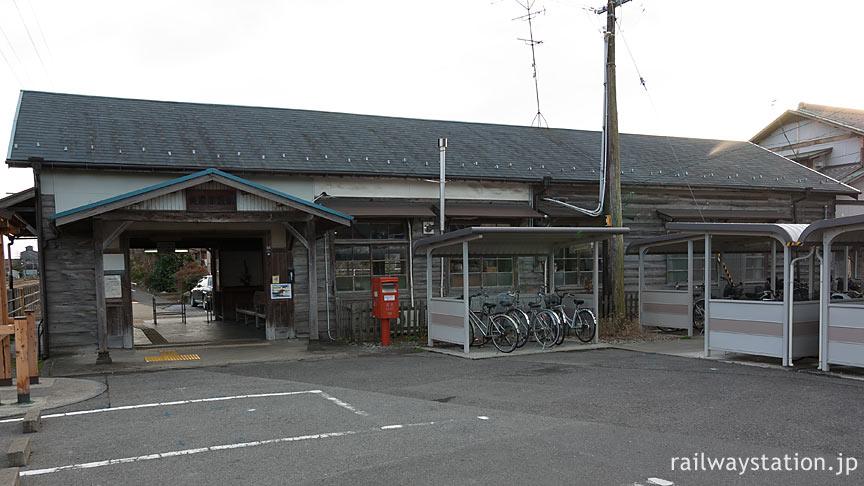東海道本線・美濃赤坂線の終点、美濃赤坂駅の木造駅舎